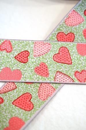 Herzen auf grün, pink, Webband breit