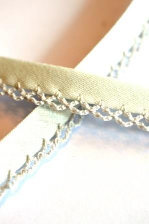 Schrägband mit Häkelborte, hellgrau