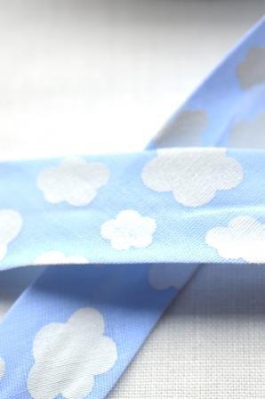 Schrägband, Wolken, hellblau