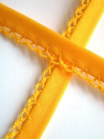 Schrägband mit Häkelborte, gelb
