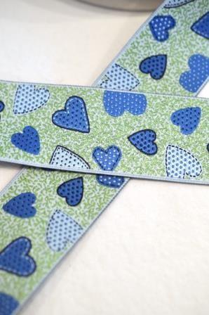Herzen auf grün, blau, Webband breit