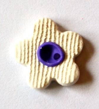 Blume, mini, weiß-lila, Fimoknopf *SALE*