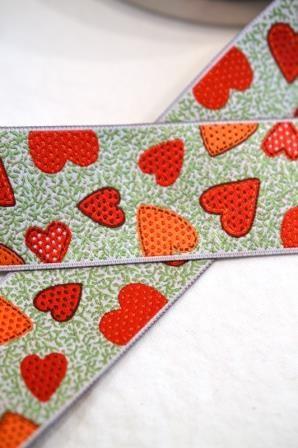 Herzen auf grün, rot, Webband breit