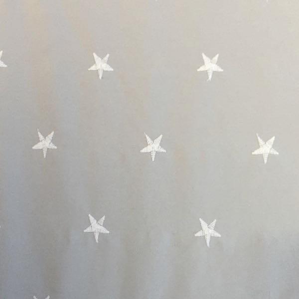 Batist mit aufgestickten Sternen, hellgrau