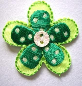 Applikation Blume mit Knopf, grün