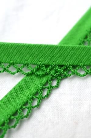 Schrägband mit Häkelborte, grün