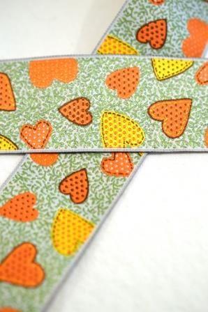 Herzen auf grün, orange, Webband breit
