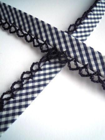 Schrägband mit Häkelborte, Vichykaro, dunkelblau