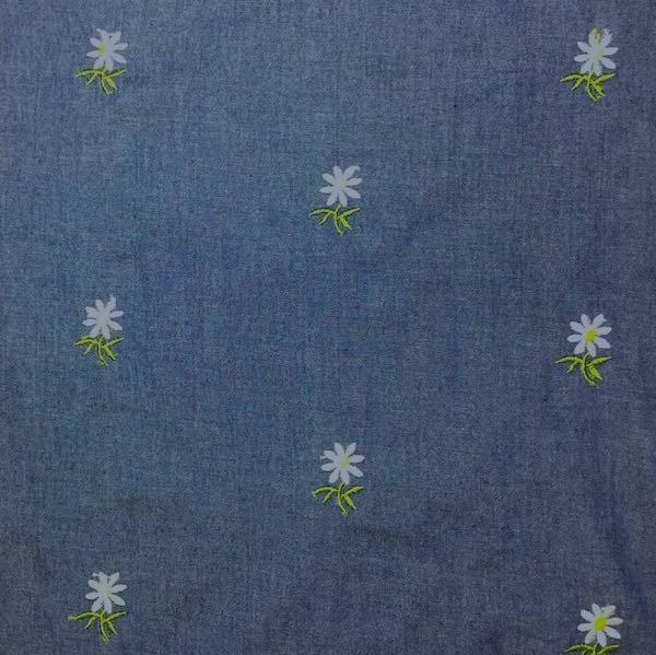 Jeans bunt bestickt mit Gänseblümchen