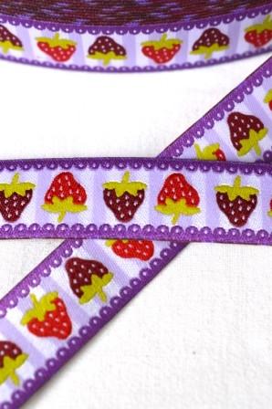 Erdbeeren auf Streifen, violett, Webband