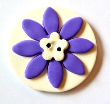 lila Blume auf weißer Scheibe, Fimoknopf *SALE*